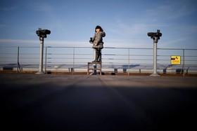 دختری در کره جنوبی در کنار نقطه مرزی با کره شمالی
