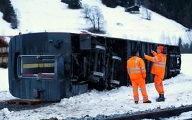 قطاری در سوئیس در اثر توفان از خط خارج شده است