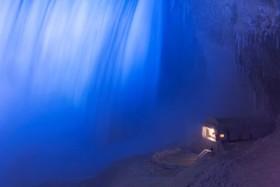 منظره ای در کنار آبشار نیاگارا در فصل زمستان