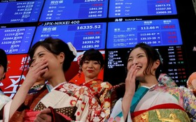 مراسم آغاز معاملات بورس توکیو با شرکت افرادی با لباس های سنتی ژاپنی
