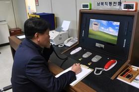 یک مقام مرزی کره شمالی تلفن های اضطرای با کره جنوبی را آزمایش می کند