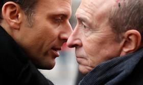 امانوئل مکرون رئیس جمهوری فرانسه در حال گفتگو با وزیرکشور جرالد کولومب در مراسم یادبود کشت شدگان در عملیات تروریستی سال گذشته در فرانسه