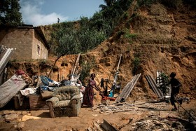 بازماندگان از یک حادثه رانش زمین در کنشازا در کنگو