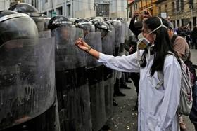 تظاهرات دانشجویان پزشکی در پرو در اعتراض به قوانین محدود کننده تحصیلی