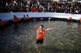 برنده مسابقه ماهیگیری با دهان در جشنواره ماهیگیر زمستانی در کره جنوبی