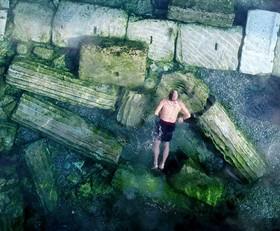 شنای یک جهانگرد در استخر کلوپاترا در دنیزلی در تریکه در شهر تاریخی هیراپولیس که ثبت جهانی یونسکو شده است