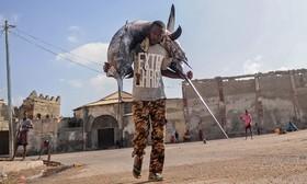 ماهیگیری در موگادیشو سومالی در حال بردن ماهی های صد شده به بازار