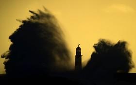 برخورد موج به ساحل و در کنار چراغ دریایی