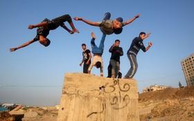 جوانان فلسطینی در حال تمرین پارکور در غزه