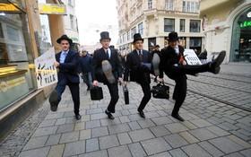 روز جهانی راه رفتن خنده دار در جمهوری چک و حدود سیصد مردی که با لباس های خاص در این روز مشارکت کردند