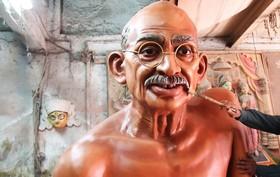 مجسمه مهاتماگاندی رهبر جنبش استقلال طلبانه هند در حال آماده شدن برای مراسم روز ملی این کشور
