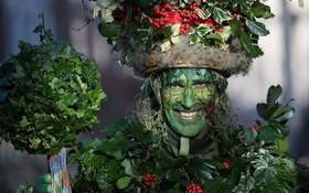 مردی با آرایش گیاه مانند در مراسم جشن زمستانی