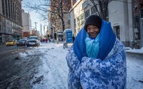 یک بیخانمان در نیویورک که برای خواب به استگاه مترو می رود