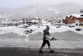 برف در سوئیس سیزده هزار جهانگرد را گرفتار کرده است
