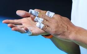 دست های رافائل نادال تنیس باز اسپانیایی در تمرین در ملورن
