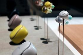 گوشی برای پخش صدا که قابل تنظیم برای حذف صداهای اضافه و ضد ضربه است