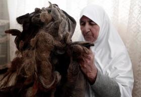 زنی در فلسطین در طول 67 سال موهایش را جمع آوری کرده و در یک بالشت استفاده کرده است