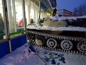 حمله با تانک به مغازه ای در روسیه برای دزدی