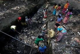 رباله گرد ها در حال جمع آوری رباله های مفید در کلکته هند