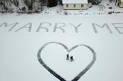 (تصاویر) والیبال روی برف ، تام کروز در صحنه فیلم جدید ماموریت غیر ممکن ،جغدی روی تابلو خیابان جغد و..... در عکس های خبری روز