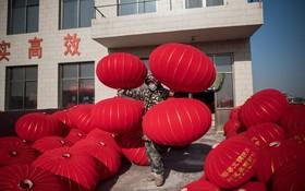آماده سازی فانوس های کاغذری برای مراسم سال نو چینی در پکن