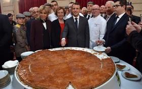 امانوئل ماکرون و همسرش در کنار کارکنان کاخ الیزه شیرینی مخصوص سال نو را تقسیم می کنند