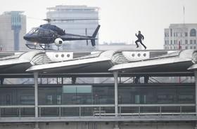 تام کروز در حال دویدن روی سقف یک ترمینال مسافری در لندن برای فیلم تازه ماموریت غیرممکن شش