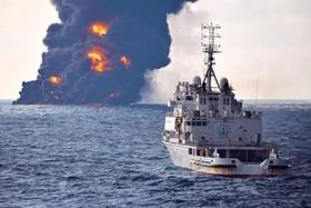 عکسی از کشتی سانچی در حال سوختن