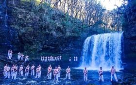 تمرین یک گروه از ورزشکاران کاراته در زمستان و کنار آبشاری در انگلیس