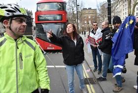 دریگری حامیان خرج انگلیس از اتحادیه اروپا با دوچرخه سواری که پرچم اتحادیه اروپا را در حمایت از عدم خروج انگلیس از این اتحادیه حمل می کرد