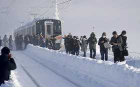مسافران قطار توکیو به دلیل شدت برف شب را در قطار گذراندند و صبح عازم محل امن هستند