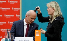 مایکل هوراچک نامزد ریاست جمهوری جمهوری چک در حال آماده شدن برای مصاحبه تلویزیونی