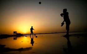 نوجوانان فلسطینی در حال بازی در ساحل غزه
