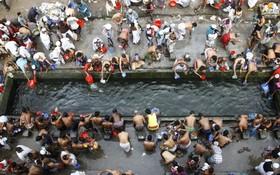 مسلمانان بنگلادش در حال حمام برای مراسم خویش در تونگا