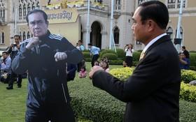 نخست وزیر تایلند در کنار عکس کاغذی خود در مراسم روز جهانی کودک