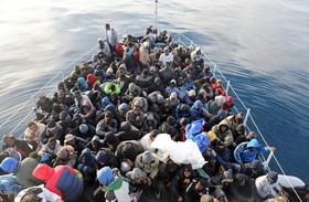 نجات مهاجران غیرقانونی در آب های مدیترانه توسط گارد ساحلی لیبی