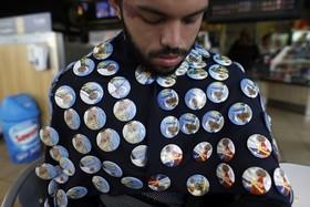 یک دستفروش در سانتیاگو شیلی که همزمان با سفرپاپ تصاویری از وی را می فروشد