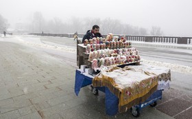 دستفروش مجسمه های ماتریوشکا در مسکو