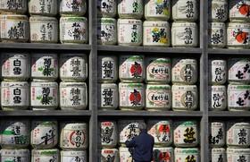 دیوار یک معبد در توکیو که با ظرف هایی تزئین شده است