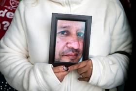 زنی در مونتری در مکزیک تصویر فردی از بستگانش را که مفقود الاثر است در دست دارد گفته می شود سی هزار سی هزار مفقودالاثر در مکزیک وجود دارد که عمده به آن ها مربوط به مواد است