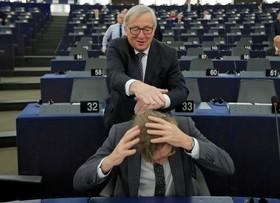 شوخی رئیس کمیسیون اروپا ژان کلود یونکر با مسئول اتحادیه برای خروج انگلیس از این اتحادیه در جریان جلسه پارلمان اروپا در استراسبورگ فرانسه