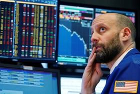 یک دلال بورس نیویورک سقوط شاخص ها در بورس های جهان همه را نگران کرده