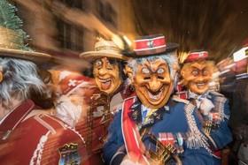 جشنواره ای با لباس های عجیب در سوئیس