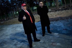 بدل های دونالد ترامپ و کیم جونگ اون در حال ورود به مراسم افتتاح المپیک زمستانی کره جنوبی