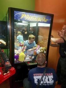 ورود یک بچه به وسیله بازی در آمریکا و تلاش آتش نشانان برای نجات وی