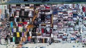 پوشاندن سقف یک ساختمان در حال ساخت با پتو برای جلوگیری از یخ زدن بتن در چین