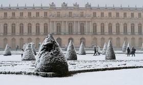 برف در مقابل کاخ ورسای در پاریس فرانسه
