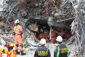تلاش امداد گران در تایوان پس از زلزله در این کشور