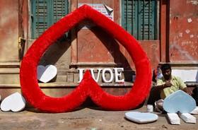 یک دست فروش در کنار خیابان در حال ساخت وسایل والنتین برای فروش