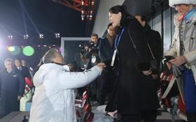 رئیس جمهوری کره جنوبی در حال خوش و بش با خواهر کیم جونگ اون رهبر کره شمالی که برای بازی های المپیک زمستانی به کره جنوبی سفر کرده است